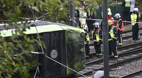 Tàu điện London lật úp, ít nhất 55 người thương vong - Ảnh 1