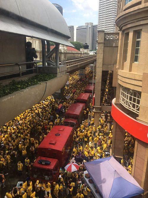 Hàng ngàn người Malaysia biểu tình, kêu gọi Thủ tướng từ chức - Ảnh 1