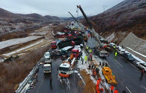 Trung Quốc: Tai nạn kinh hoàng trên cao tốc, ít nhất 54 người thương vong - Ảnh 2