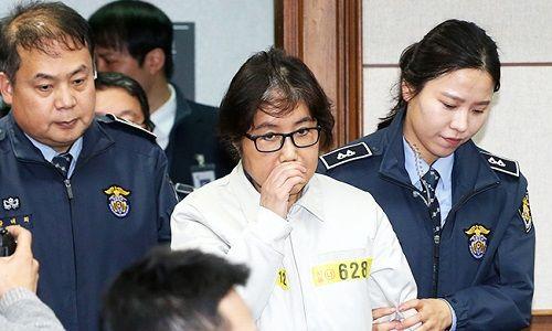 Bạn thân Tổng thống Hàn Quốc mặc áo tù ra hầu tòa - Ảnh 1