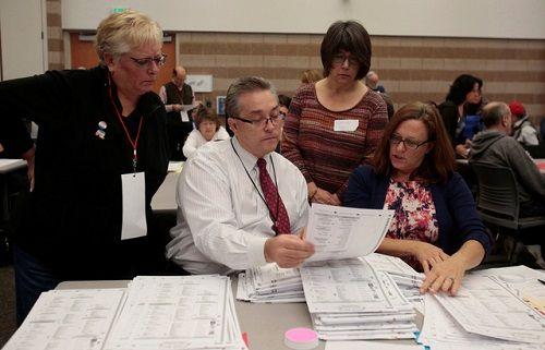 Dừng kiểm phiếu lại ở bang Michigan - Ảnh 1