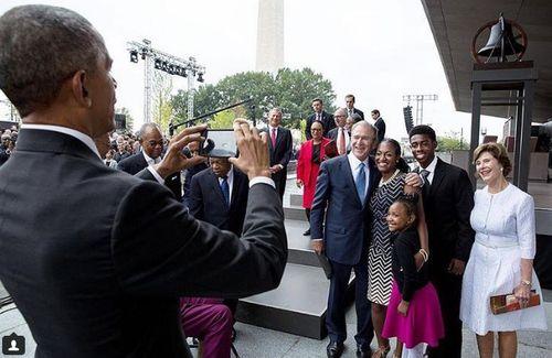 Ông Bush nhờ ông Obama chụp ảnh hộ vì không selfie được - Ảnh 1