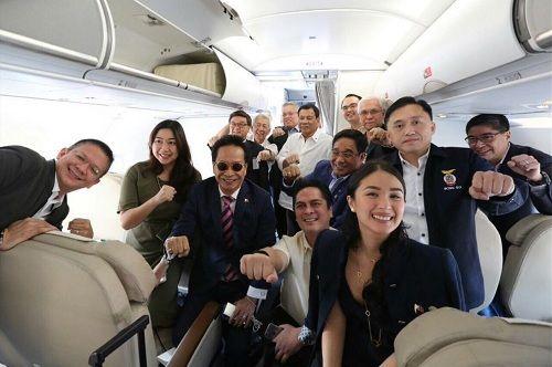 Tổng thống Duterte selfie trên chuyến bay tới Việt Nam - Ảnh 1