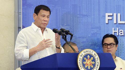 Tổng thống Duterte selfie trên chuyến bay tới Việt Nam - Ảnh 2