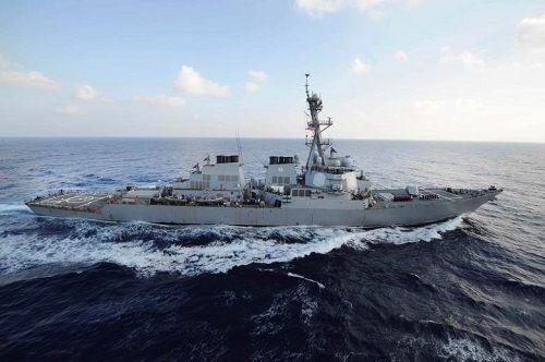 Khu trục hạm Mỹ liên tục bắn cảnh cáo 4 tàu tấn công nhanh của Iran - Ảnh 1
