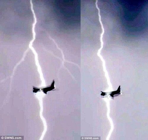 Máy bay Boeing 747 bị sét đánh trúng giữa trời - Ảnh 1