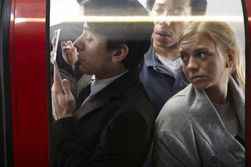 Xem phim khiêu dâm trên phương tiện công cộng bị phạt tù - Ảnh 1