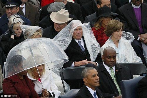 """Dân mạng trêu đùa ông Bush """"nghịch ngợm"""" áo mưa tại lễ nhậm chức Donald Trump - Ảnh 1"""