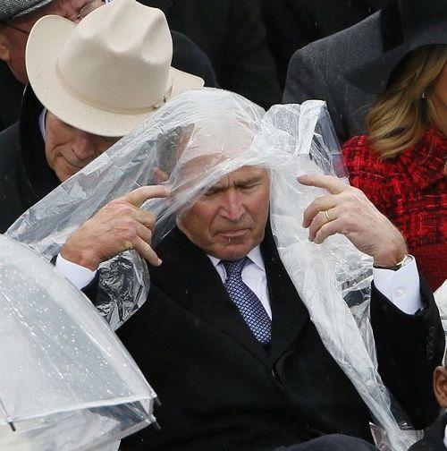 """Dân mạng trêu đùa ông Bush """"nghịch ngợm"""" áo mưa tại lễ nhậm chức Donald Trump - Ảnh 2"""