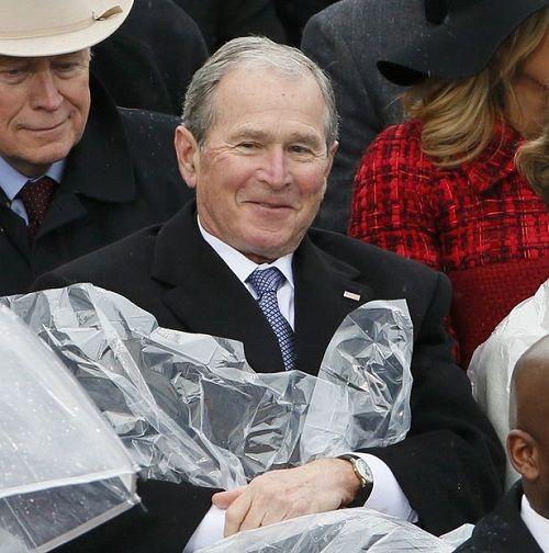 """Dân mạng trêu đùa ông Bush """"nghịch ngợm"""" áo mưa tại lễ nhậm chức Donald Trump - Ảnh 3"""