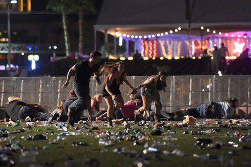 Hiện trường kinh hoàng vụ xả súng làm ít nhất 250 người thương vong ở Las Vegas - Ảnh 3