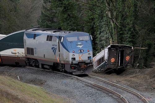 Tàu hỏa Mỹ trật đường ray treo lơ lửng ở đường cao tốc, 103 người thương vong - Ảnh 1