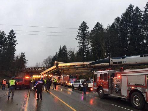 Tàu hỏa Mỹ trật đường ray treo lơ lửng ở đường cao tốc, 103 người thương vong - Ảnh 2