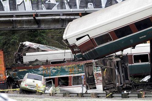 Tàu hỏa Mỹ trật đường ray treo lơ lửng ở đường cao tốc, 103 người thương vong - Ảnh 3
