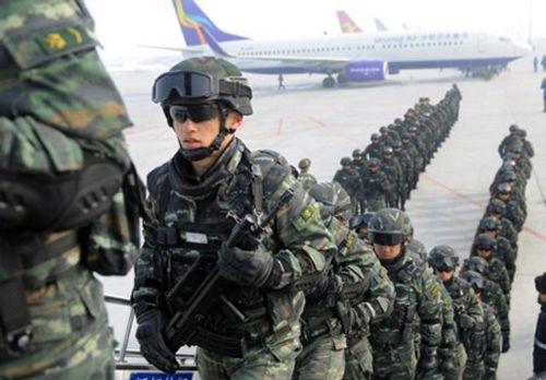 Trung Quốc: 10.000 cảnh sát vũ trang chống khủng bố diễu hành tại Tân Cương - Ảnh 2