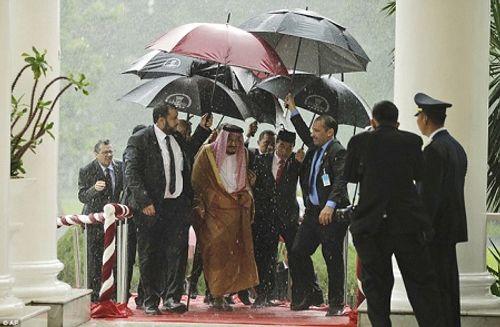 Vua Ả rập Xê út mang theo 1.500 người, 500 tấn hành lý trong chuyến thăm châu Á - Ảnh 2