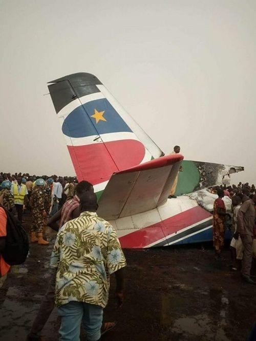 Máy bay chở 44 người vỡ đôi và bốc cháy dữ dội - Ảnh 1