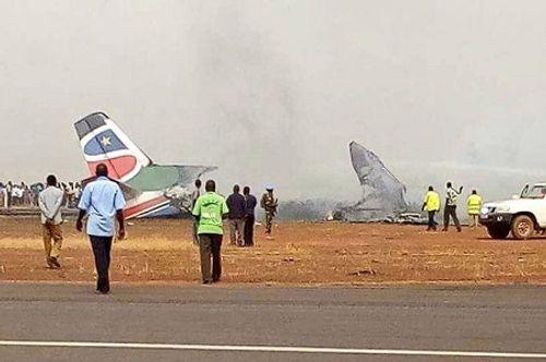 Máy bay chở 44 người vỡ đôi và bốc cháy dữ dội - Ảnh 2