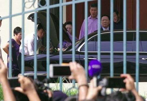Cảnh sát hộ tống đại sứ Triều Tiên tại Malaysia rời sứ quán - Ảnh 1