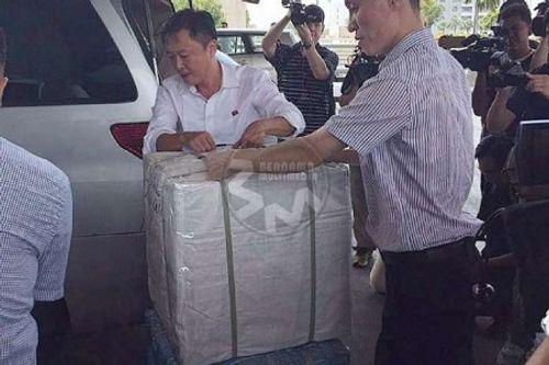 Cảnh sát hộ tống đại sứ Triều Tiên tại Malaysia rời sứ quán - Ảnh 2