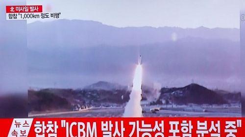 Triều Tiên thử nghiệm phóng loạt tên lửa vào căn cứ quân sự Mỹ - Ảnh 1