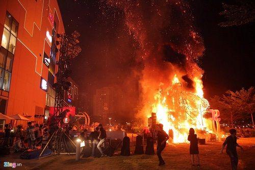 Hồ Ngọc Hà, Hà Anh và dàn sao Việt chạy tán loạn sau sự cố cháy sân khấu - Ảnh 1
