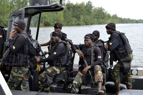 Tàu quân sự ở Cameroon lật úp, hàng chục binh sỹ mất tích - Ảnh 1