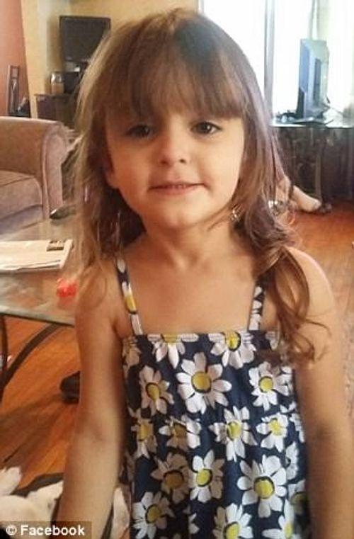 Ông bà bất cẩn, bé 4 tuổi tử vong khi tìm kẹo lại thấy súng - Ảnh 1