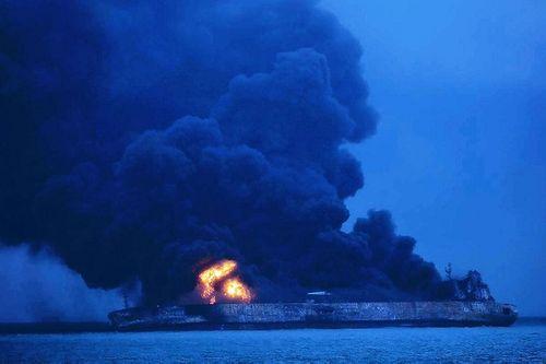 Tàu chở dầu của Iran có khả năng cháy một tháng trên biển - Ảnh 1