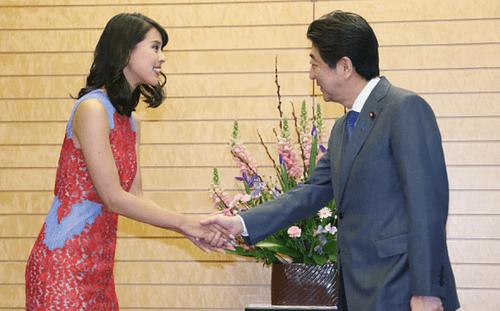Thủ tướng Abe hé lộ 'bí mật quốc gia' với hoa hậu hoàn vũ - Ảnh 1