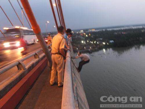 Giải cứu thanh niên nghi 'ngáo đá làm xiếc' trên cầu Rạch Miễu - Ảnh 1