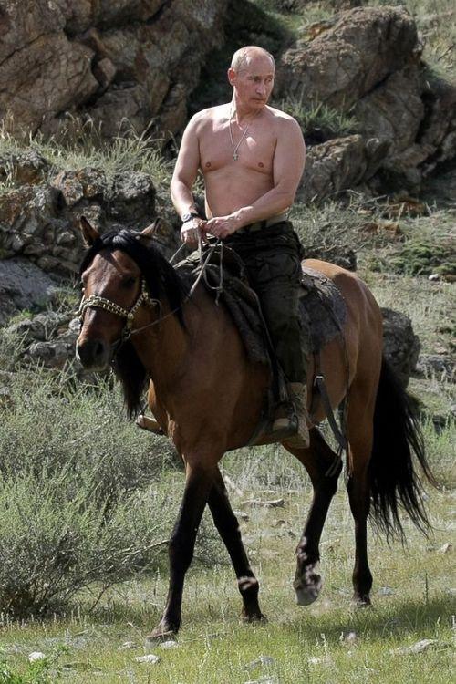 Tổng thống Nga cởi trần, tắm nước hồ ngoài trời -7 độ C - Ảnh 3