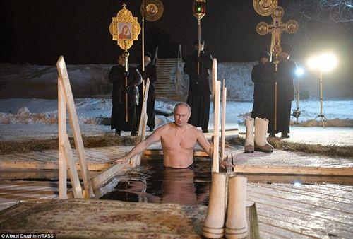 Tổng thống Nga cởi trần, tắm nước hồ ngoài trời -7 độ C - Ảnh 1