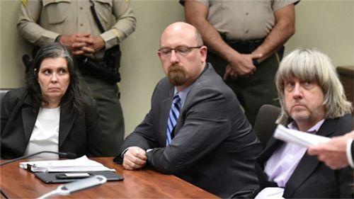 Cặp vợ chồng Mỹ đối mặt 94 năm tù do xiềng xích, bỏ đói 13 con ruột - Ảnh 1
