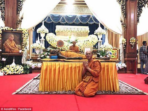 """Thi thể nhà sư Thái Lan """"mỉm cười"""" sau 2 tháng qua đời - Ảnh 2"""