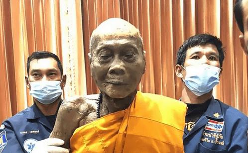 """Thi thể nhà sư Thái Lan """"mỉm cười"""" sau 2 tháng qua đời - Ảnh 1"""