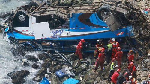 Peru: Xe buýt va chạm xe tải tại 'đường cong ma quỷ', 36 người thiệt mạng - Ảnh 2