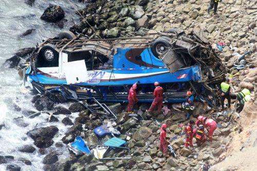 Peru: Xe buýt va chạm xe tải tại 'đường cong ma quỷ', 36 người thiệt mạng - Ảnh 4