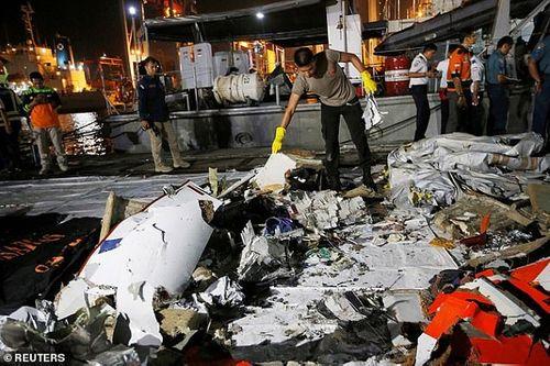 Một vụ đánh bom khiến máy bay của Indonesia rơi xuống biển? - Ảnh 1
