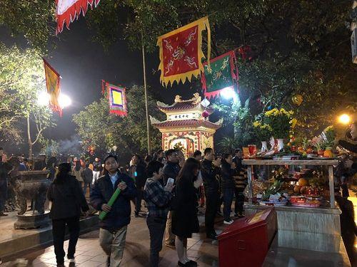 Sau thời khắc giao thừa Tết Mậu Tuất, người dân cả nước đi lễ chùa đầu năm - Ảnh 5