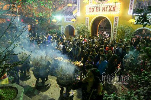 Sau thời khắc giao thừa Tết Mậu Tuất, người dân cả nước đi lễ chùa đầu năm - Ảnh 6