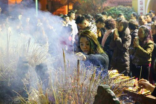 Sau thời khắc giao thừa Tết Mậu Tuất, người dân cả nước đi lễ chùa đầu năm - Ảnh 7
