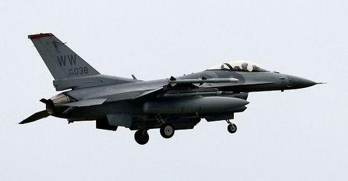 Máy bay Không quân Mỹ bốc cháy, thả bình nhiên liệu xuống hồ Nhật Bản - Ảnh 1