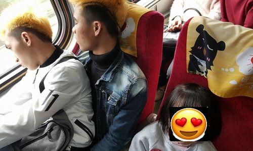 Hai lao động Việt nhường ghế cho trẻ em trên chuyến tàu tết tại Đài Loan gây xúc động - Ảnh 1