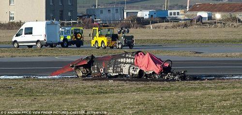 Phi công Anh may mắn thoát chết khi máy bay chiến đấu nổ tung trên không - Ảnh 1