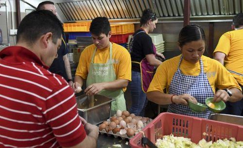 Cận cảnh 150 đầu bếp phục vụ trên tàu sân bay Carl Vinson - Ảnh 4