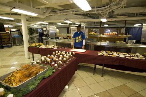 Cận cảnh 150 đầu bếp phục vụ trên tàu sân bay Carl Vinson - Ảnh 3
