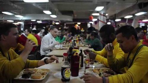 Cận cảnh 150 đầu bếp phục vụ trên tàu sân bay Carl Vinson - Ảnh 2