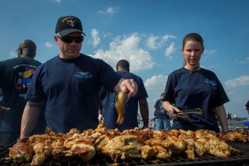 Cận cảnh 150 đầu bếp phục vụ trên tàu sân bay Carl Vinson - Ảnh 1