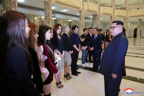 Ông Kim Jong-un xúc động khi xem dàn nghệ sĩ Hàn Quốc biểu diễn - Ảnh 4